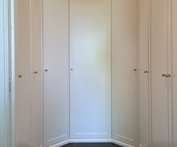 Platsbyggd garderob i shakerstil