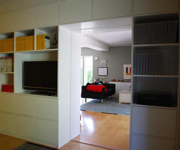 Platsbyggd bokhylla med luckor
